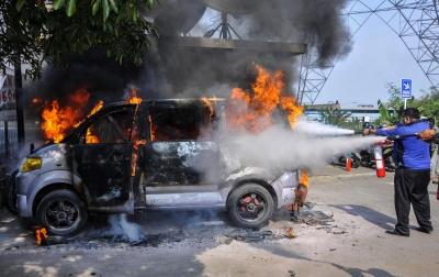 Foto: Kebakaran Mobil Akibat Korsleting