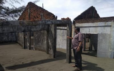 Rumah Tertimbun Pasir, Korban Banjir Rob Minta Direlokasi