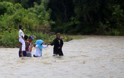 Foto: Siswa dan Guru Menyeberangi Sungai