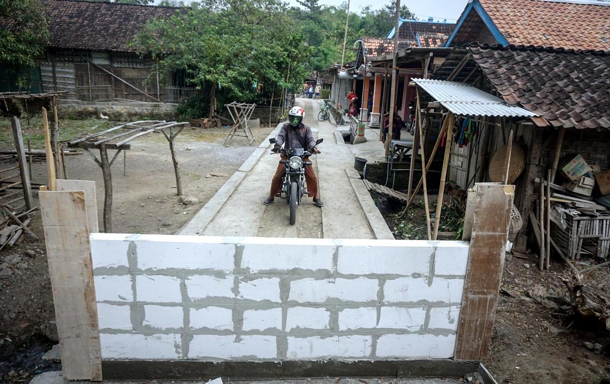 Foto: Jalan Kampung Ditutup Dengan Tembok