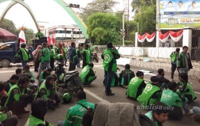 Ratusan Pengemudi Ojek Online Demo Kantor DPRD Medan