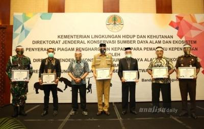 Peduli Konservasi Satwa Liar, Plt Gubernur Aceh Terima Penghargaan KLHK