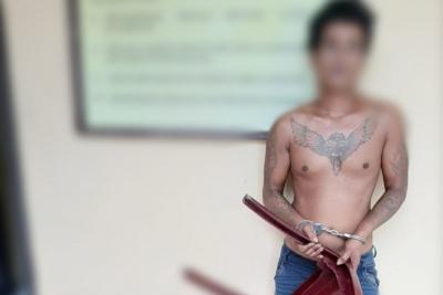 Seorang Anak Tega Memukul Ayah Kandung Pakai Kursi