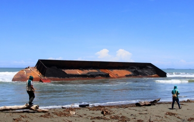 Foto: Kapal Tongkang Terdampar
