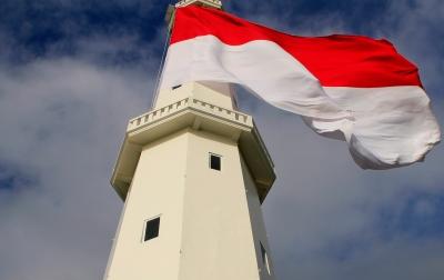 Bendera Merah Putih Raksasa Dikibarkan di Menara Suar