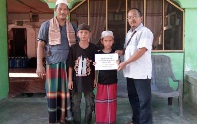 IZI Beri Bantuan untuk 2 Anak Mualaf di Pasantren Wali Songo