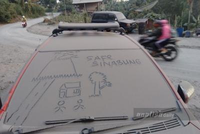 Kembali Erupsi, Sinabung Semburkan Abu Vulkanik dan Awan Panas Sejauh 4,2 Km