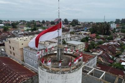 Merah Putih Raksasa Berkibar di Puncak Menara Peninggalan Belanda di Pidie