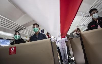 Foto: Pembentangan Bendera Merah Putih di Dalam Kereta Api