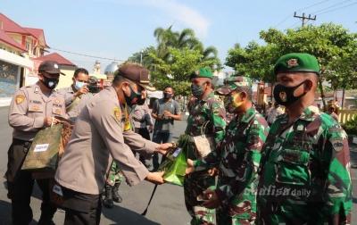 Kapolresta Deliserdang Bagikan Masker ke TNI dan Elemen Masyarakat
