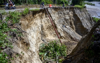 Foto: Jalan Amblas Digerus Abrasi Sungai