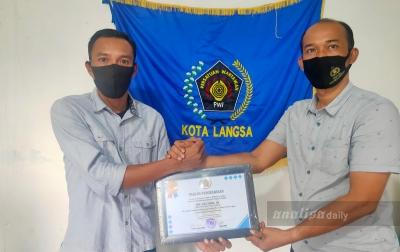PWI Kota Langsa Berikan Penghargaan Kepada AKP Zulfahmi