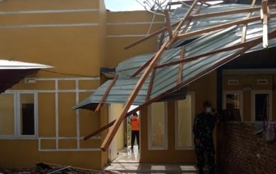 Brimob Polda Sumut Bantu Warga Terdampak Puting Beliung di Deliserdang