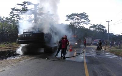 Ekskavator Terbakar di Perbatasan Aceh-Sumut