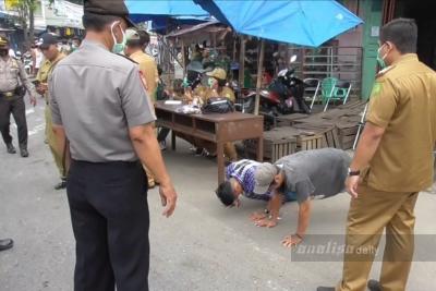 Petugas Gabungan Razia Masker di Kawasan Pasar Simpang Melati