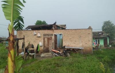 Diterpa Angin Kencang, Sejumlah Rumah Warga di Medan Rusak