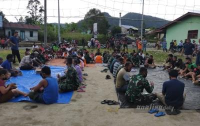 Personel TNI dan Masyarakat Makan Bersama