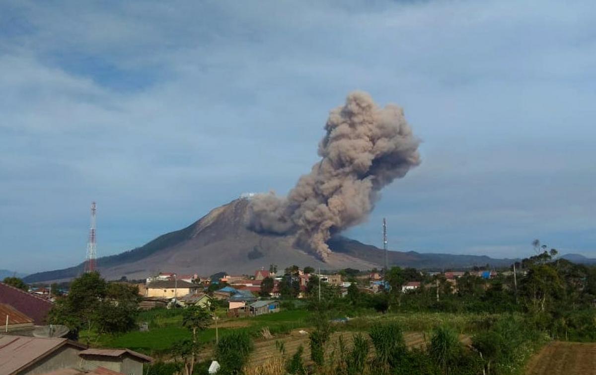 Gunung Sinabung Kembali Erupsi, Luncurkan Awan Panas Sejauh 2.000 Meter