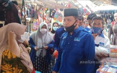 Plt. Ketua Demokrat Palas Bagikan Masker ke Pedagang