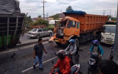 Tabrak Mobil Berhenti, Sopir Truk Alami Patah Kaki