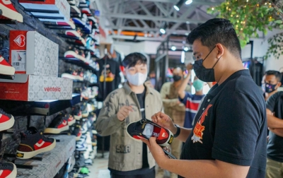 Bobby Nasution Unboxing Sneaker Keren, Sepatu 'Rasa' Ayam Goreng