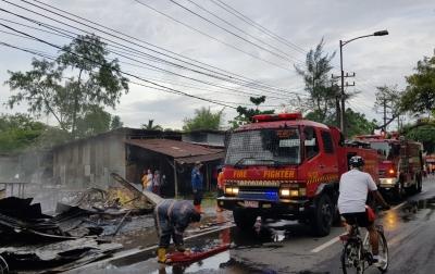 Warung Bakso dan Tempat Penjualan BBM Eceran di Sari Rejo Terbakar
