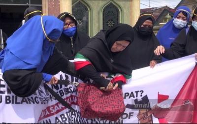 Ibu-ibu di Medan Protes Pernyataan Emmanuel Macron