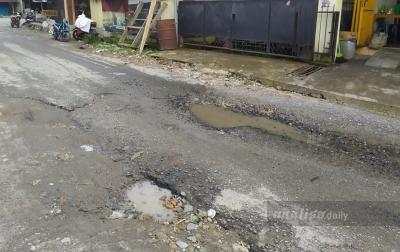 Warga Keluhkan Jalan Rusak di Jalur Simpang Kawat-Tangga Batu