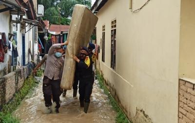 Personel Brimob Bantu Evakuasi Korban Banjir Tebingtinggi