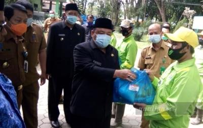 Bupati Langkat Serahkan 150 Paket Sembako Kepada Petugas Kebersihan