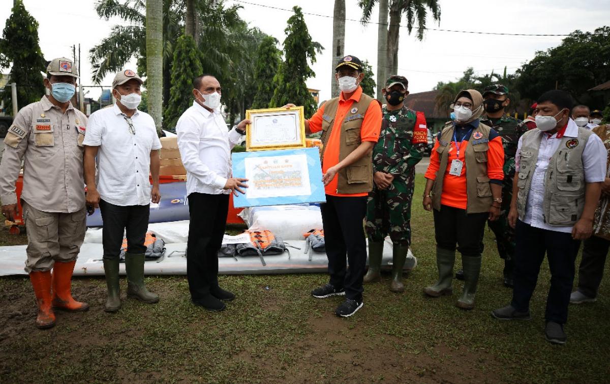 Tinjau Penanganan Banjir Deliserdang, Kepala BNPB Serahkan ...