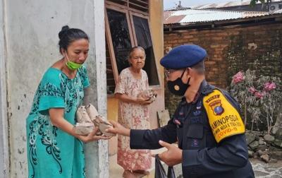 Brimob Polda Sumut Bagikan Makanan untuk Warga Korban Banjir