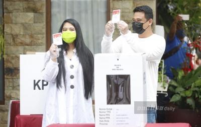 FOTO: Bobby Nasution dan Kahiyang Ayu Mencoblos di TPS