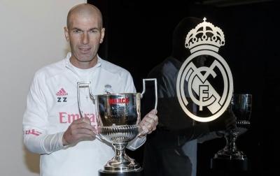 Zinedine Zidane Terima Miguel Munoz Trophy
