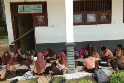 Wali Murid dan Guru Segel Sekolah di Palas