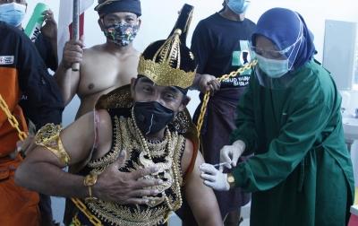 Foto: Penerima Vaksin Berkostum Wayang