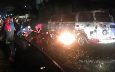 Sebuah Mobil Terbakar di Jalan Air Bersih Medan