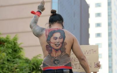 Pemrotes Ramai-ramai Buat Tato Aung San Suu Kyi