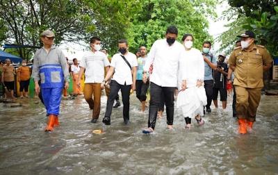 Bersama Kahiyang Ayu Tinjau Banjir, Bobby Perintahkan Perbaikan Parit