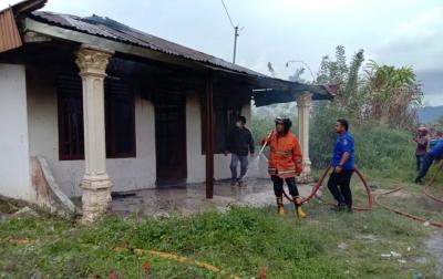 Sebuah Rumah Terbakar di Sidikalang