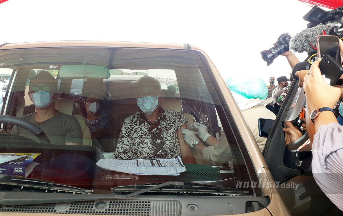 Foto: Drive Thru Vaksinasi Covid-19 Lansia