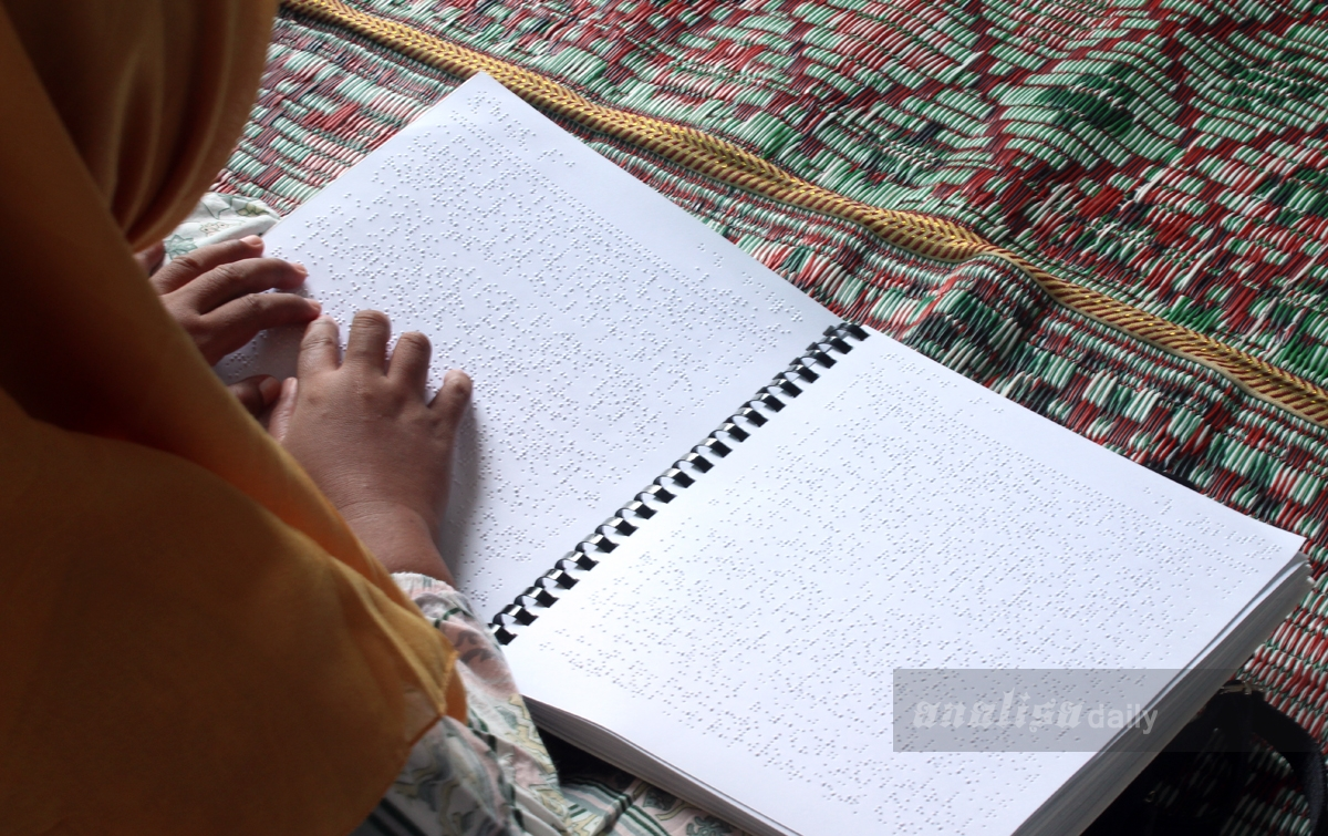 Foto: Tunanetra Baca Al Quran Huruf Braille