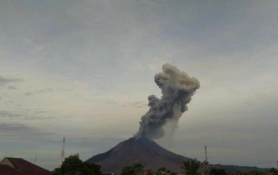 Sinabung Erupsi, Luncuran Abu Vulkanik Sejauh 2.000 Meter