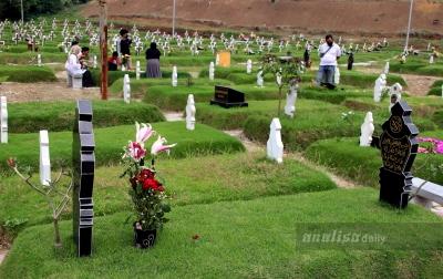 FOTO: Ziarah ke Makam Korban Covid-19 Jelang Ramadan