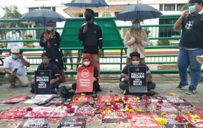 Bobby Tak Mau Minta Maaf, Jurnalis Tabur Bunga