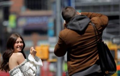 Pasca Divaksin Penuh, Warga AS Bisa Keluar Tanpa Masker