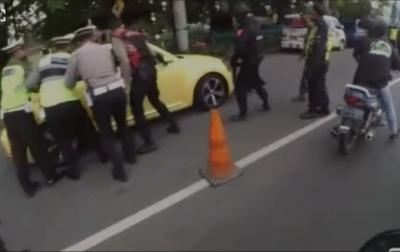 Kendarai Mobil Sendiri, Bocah 16 Tahun Tabrak Polisi