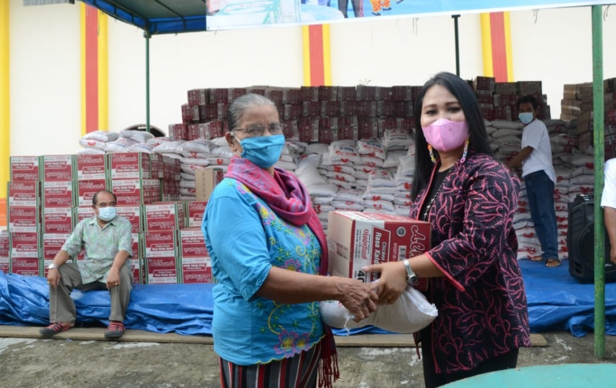 Yayasan Budhi Amal Luhur Bagi Makanan ke Warga Kurang Mampu