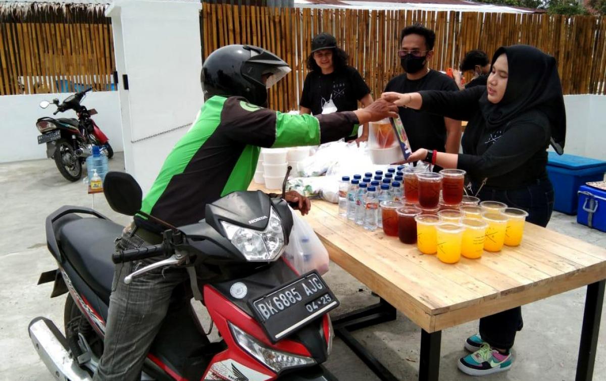 Sisi Kiri Caffe Bagikan 500 Bungkus Makanan untuk Warga Terdampak PPKM