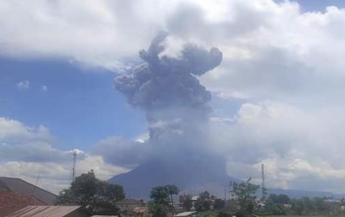 Gunung Sinabung Semburkan Awan Panas Sejauh 1.000 Meter